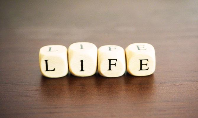LIFEと書かれた積み木