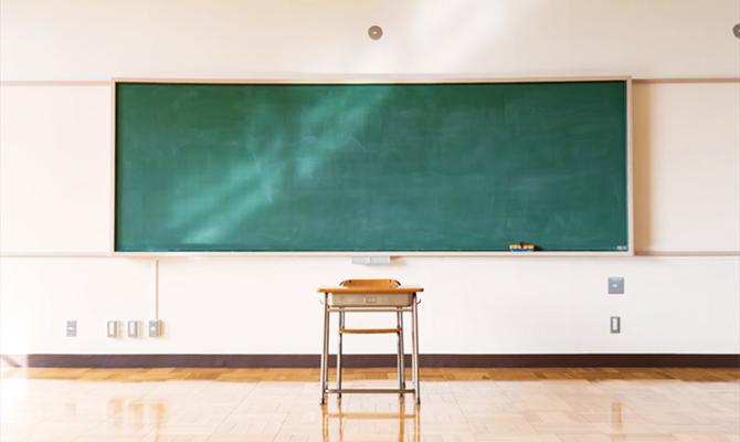 誰もいない高校の教室
